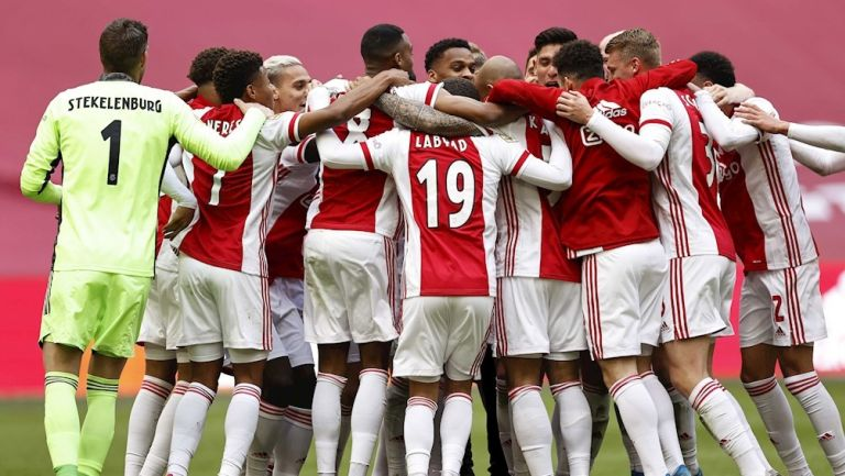 Jugadores del Ajax celebran título de Eredivisie