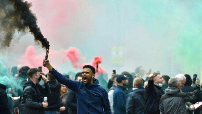 Afición del Manchester United protesta afuera del Lowry Hotel mientras el equipo se hospedaba en el lugar