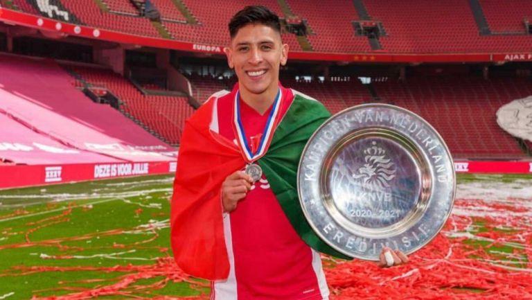 Edson con el trofeo de la Eredivisie
