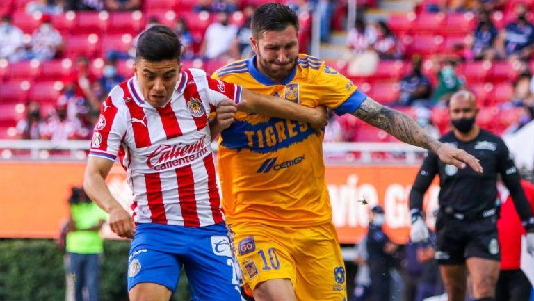 Gignac y Beltrán pelean el balón en el Chivas vs Tigres
