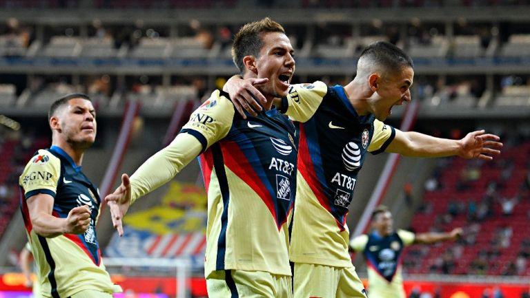 Córdova y Fidalgo festejando un gol con América