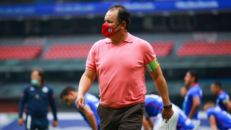 Juan Reynoso dirigiendo un partido