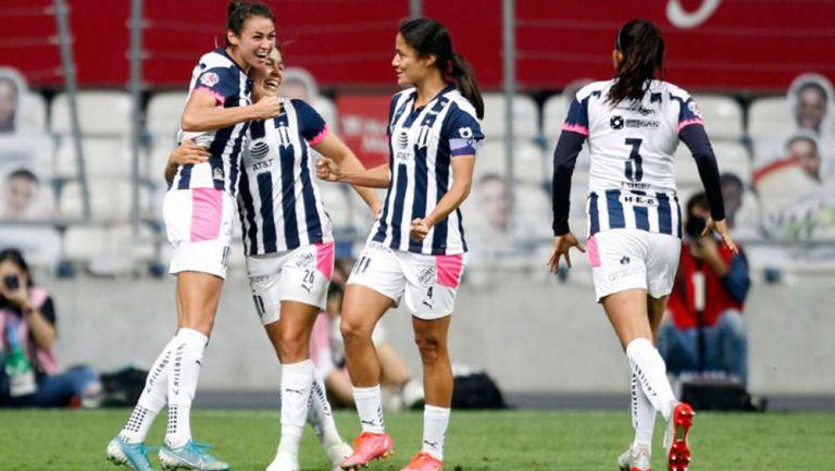Jugadoras de Monterrey, en festejo de gol
