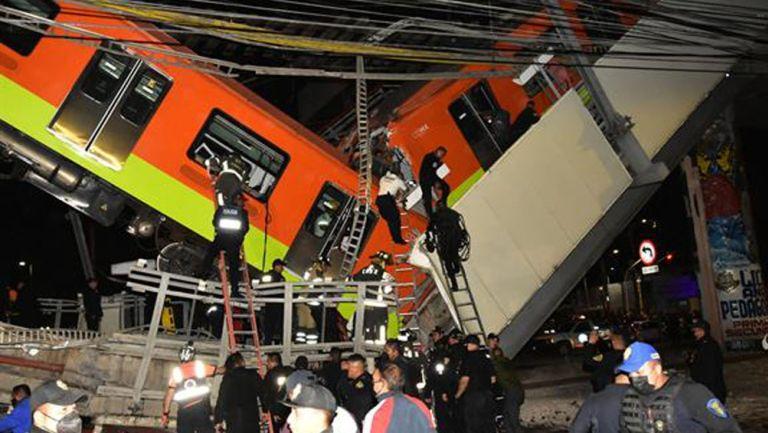 Rescatistas tratan de sacar a los afectados del vagón