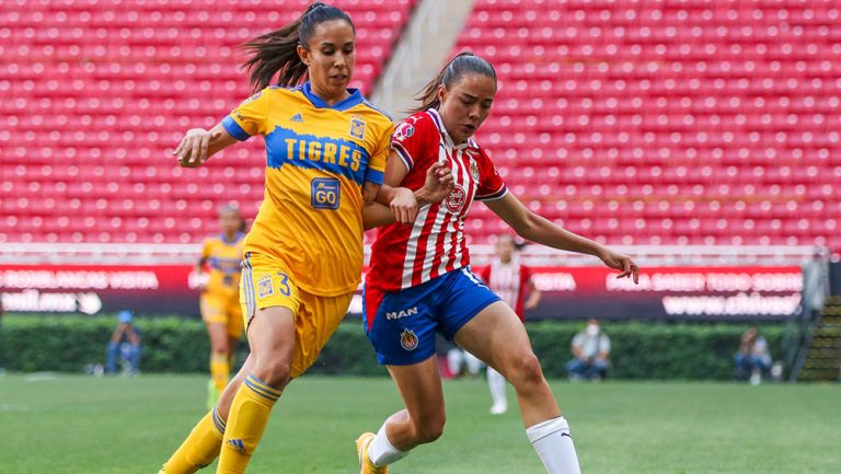 Disputa del balón en el Chivas vs Tigres