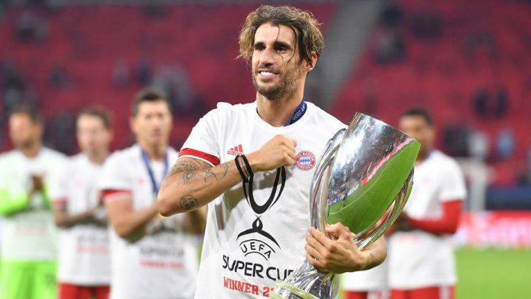 Javi Martínez posa con la Supercopa de Europa