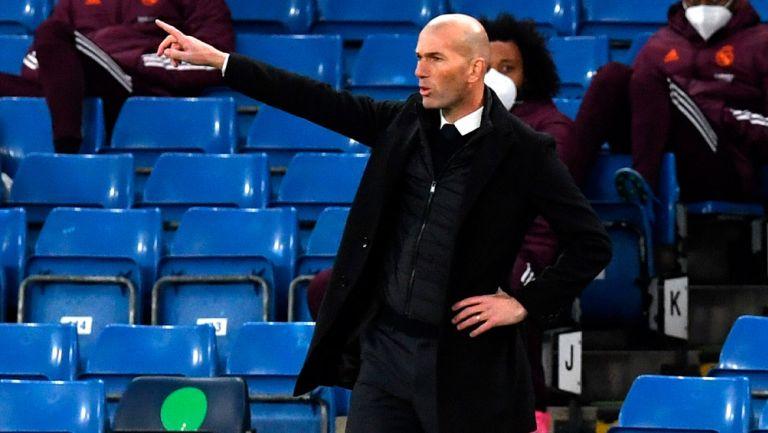 Zidane da indicaciones en el duelo ante Chelsea