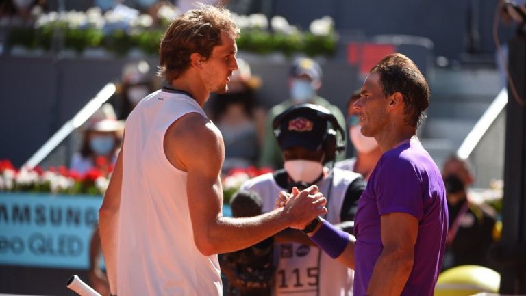 Alexander Zverev y Rafael Nadal se dan la mano