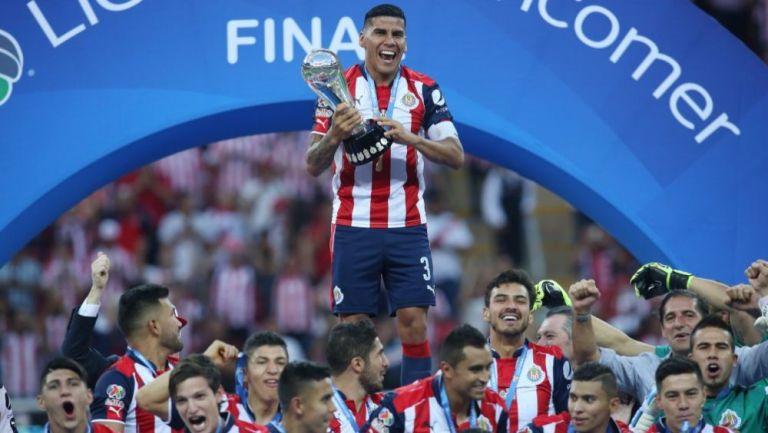 Carlos Salcido como campeón con Chivas