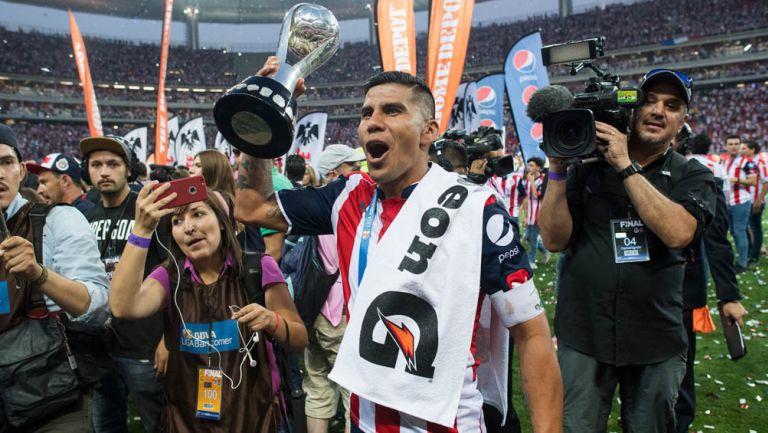 Carlos Salcido con el trofeo de campeón de Liga MX