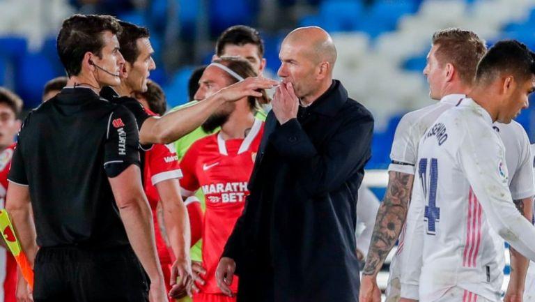 Zidane quejándose con el árbitro central