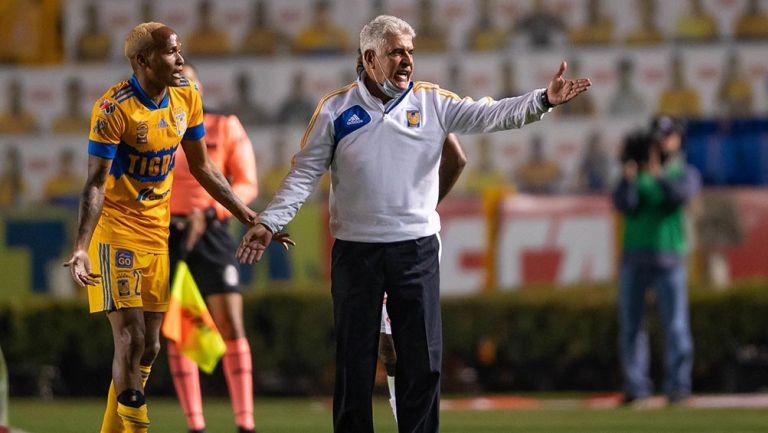 El Tuca Ferretti junto a Quiñones en partido de Tigres