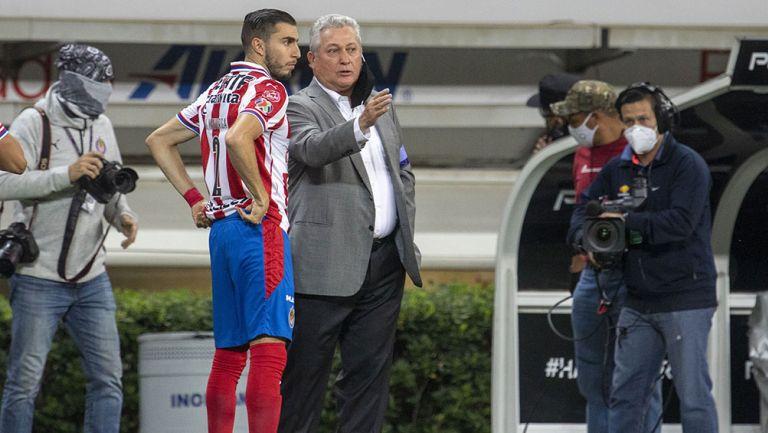 Víctor Manuel Vucetich da instrucciones en partido con Chivas