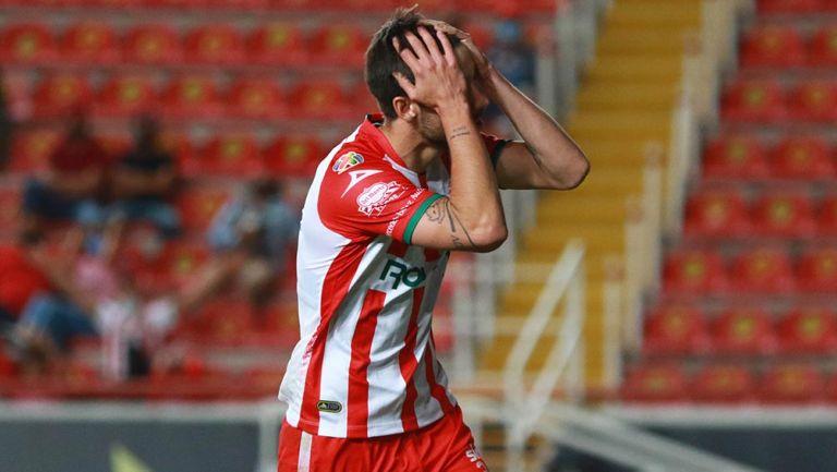 Unai Bilbao se lamenta por una falla en partido con Necaxa
