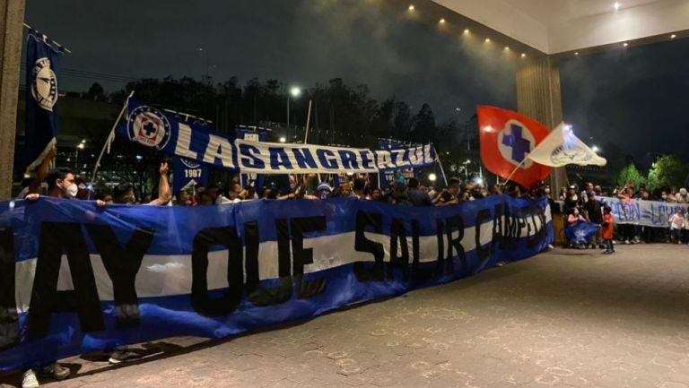 Afición de Cruz Azul alentando a su equipo en el hotel de concentración