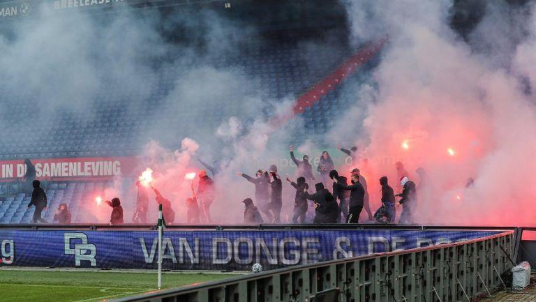 Ultras del Feyenoord irrumpen partido