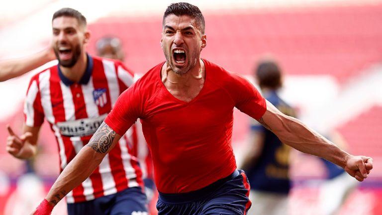 Luis Suárez celebra gol con el Atlético frente al Osasuna