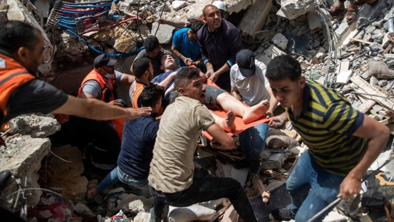 Personas ayudan a hombre herido en Gaza