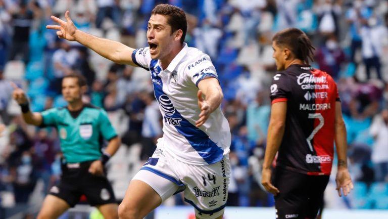 Ormeño corre tras un gol de Puebla ante Atlas