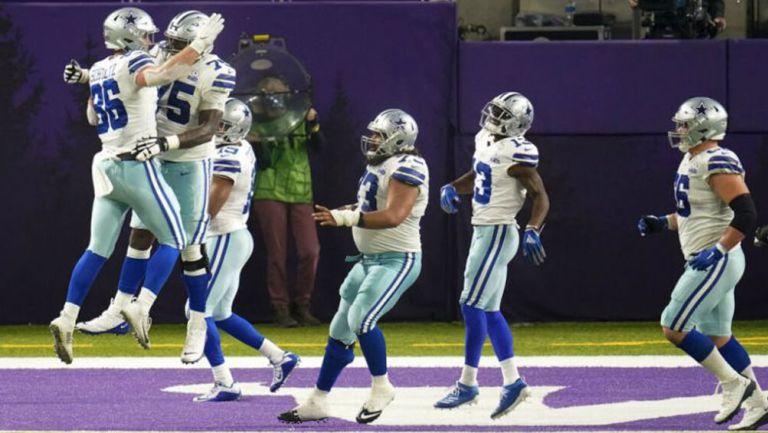 Jugadores de los Cowboys celebran anotación