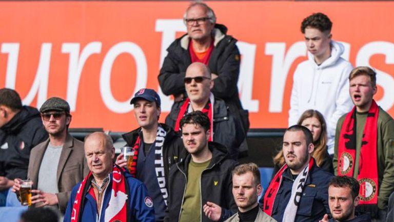 Afición del Feyenoord sigue las acciones de su equipo