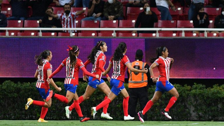 Jugadoras de Chivas celebran gol vs Atlas
