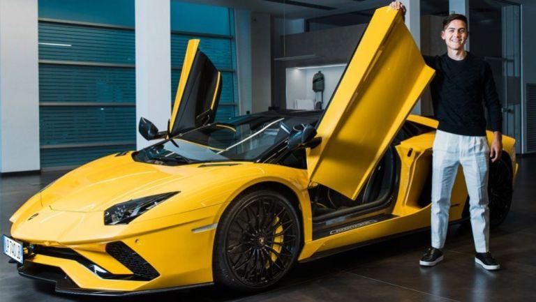 Paulo Dybala con su nuevo Lamborghini Aventador S Roadster