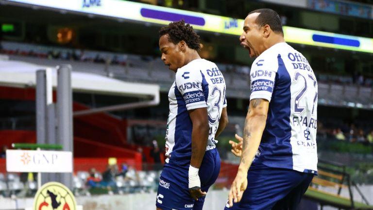 Jugadores del Pachuca celebrando un gol vs América