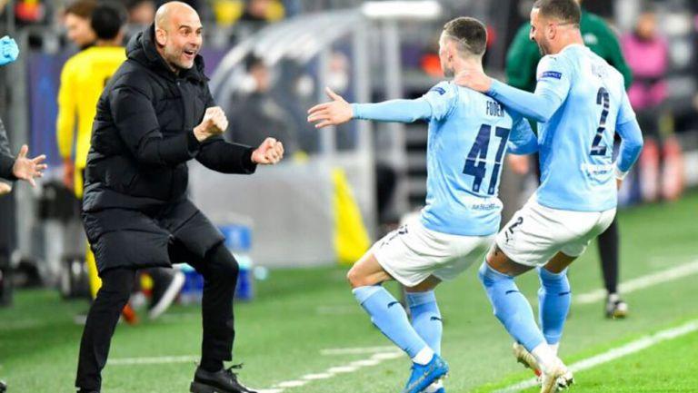 Pep Guardiola celebra con sus jugadores
