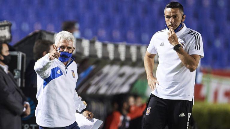 Tuca Ferretti y Juninho en un partido de Tigres