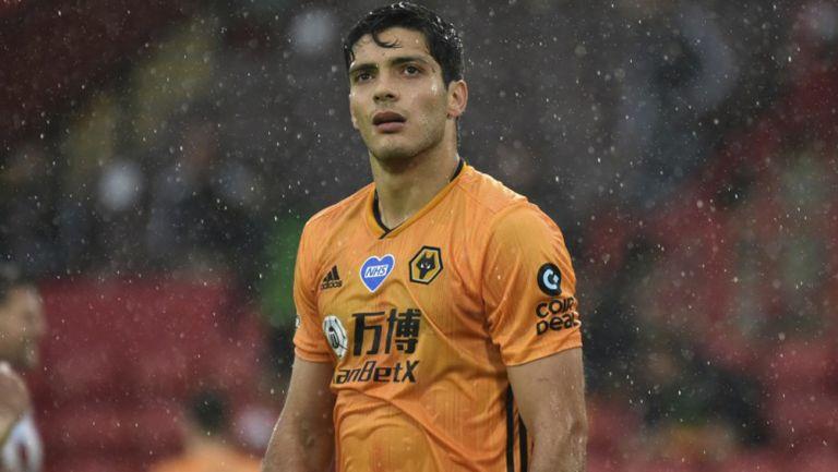 Raúl Jiménez durante un duelo con Wolves