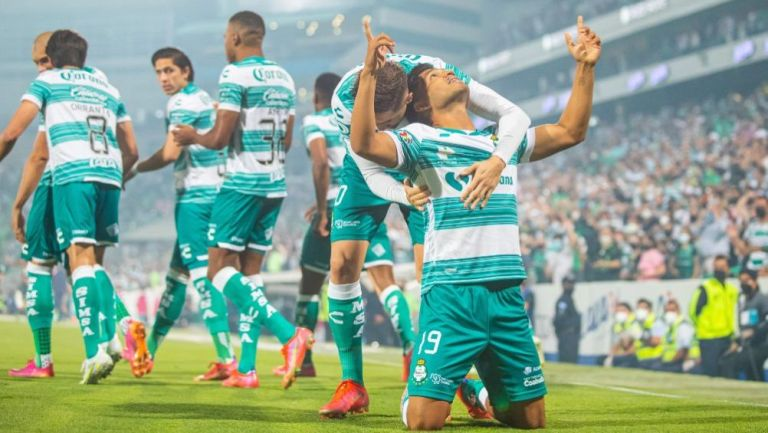 Mudo Aguirre en festejo con Santos ante Puebla