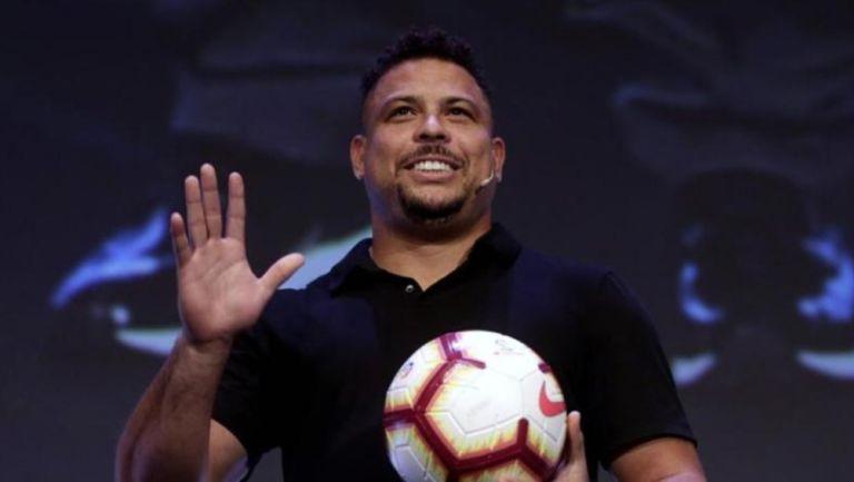 Ronaldo Nazario posa con balón
