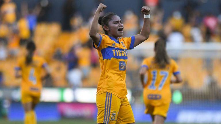 Belén Cruz festeja con gol con Tigres