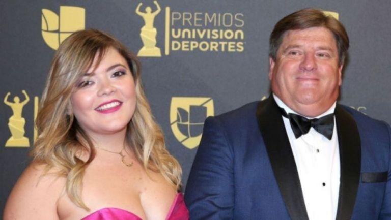Mishelle y Miguel Herrera en una ceremonia de premiación