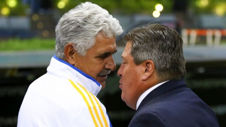 Tuca Ferretti y Miguel Herrera previo a un partido entre Tigres y América