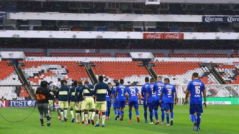 Jugadores de América y Cruz Azul previo al último juego del CL2020