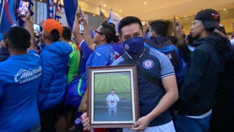Cruz Azul: Aficionado llevó a serenata foto de su papá fallecido de cáncer en Final del 2013