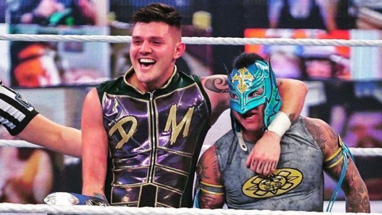 Rey y Dominik Mysterio en un evento de la WWE