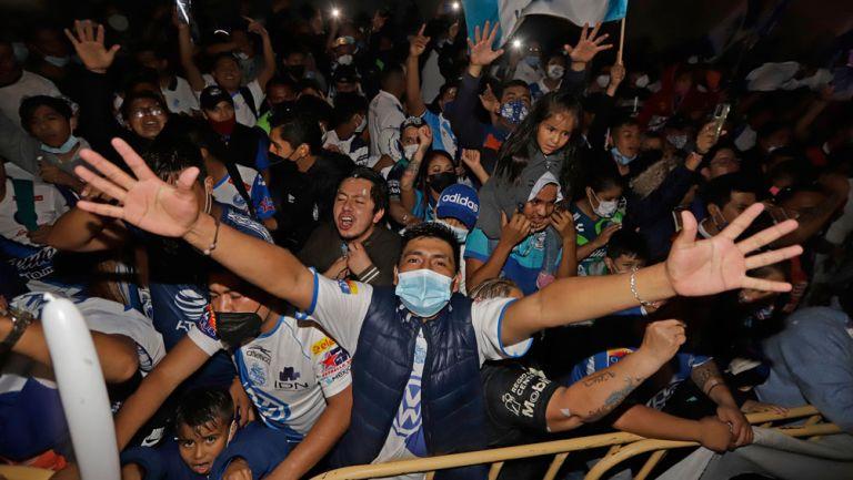 Seguidores de Puebla llevan serenata a su equipo