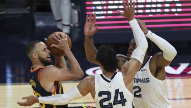 Stephen Curry es bloqueado por sus rivales