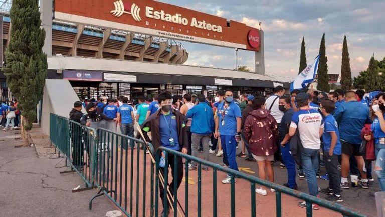 Aficionados hacen fila para ingresar al Azteca