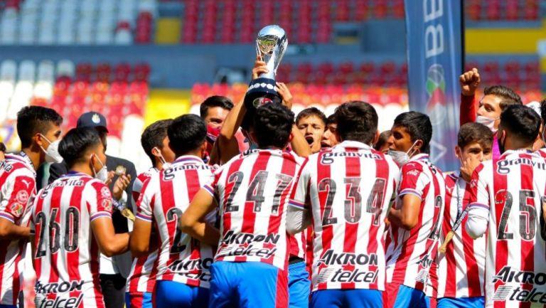 Jugadores de Chivas celebrando el título conseguido ante Browns
