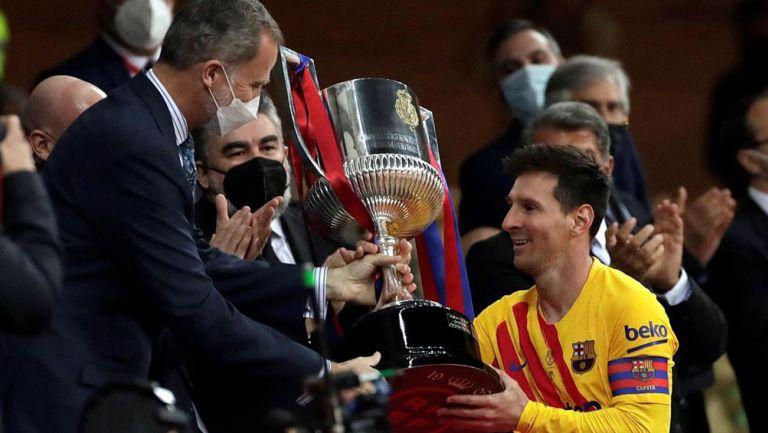Messi recibe el trofeo de la Copa del Rey