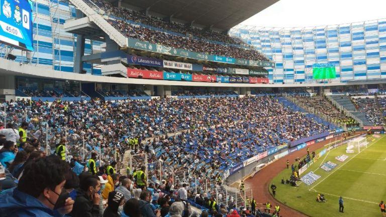 Aficionados observan el Puebla vs Santos