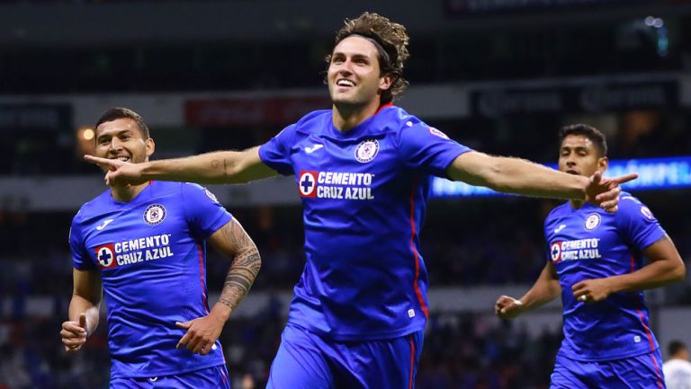 Santi Giménez, en festejo de gol