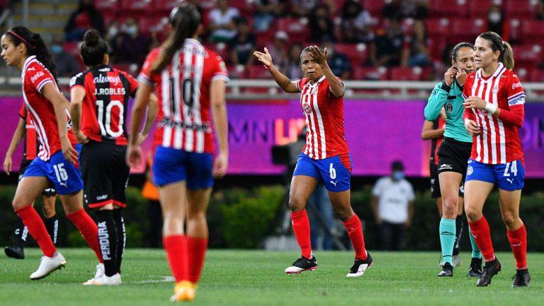 Miriam Castillo, festeja con sus compañeras
