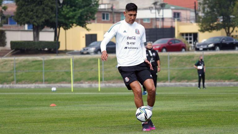 Edson Álvarez en entrenamiento del Tri