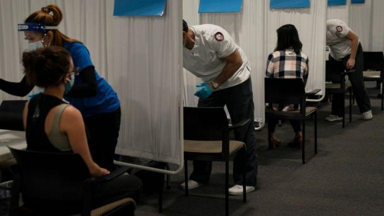 Personas recibiendo una vacuna contra el coronavirus en EUA