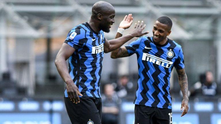Lukaku y Ashley Young festejando un gol a favor del Inter de Milán